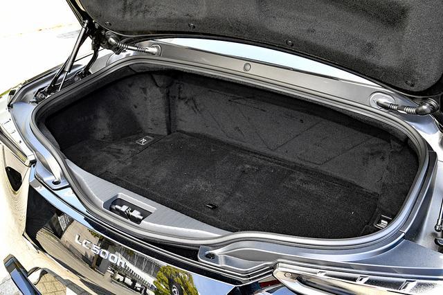 画像: LC500hのトランク容量は、リアシート後ろにバッテリーなどが備わるため約172L。LC500では約197Lとなる。