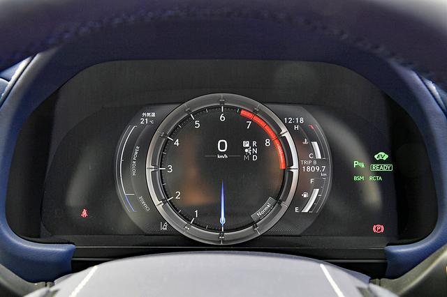 画像: メーターリングがスライドするTFT液晶メーター。標準では右に水温と燃料、左にエネルギーメーターを表示。