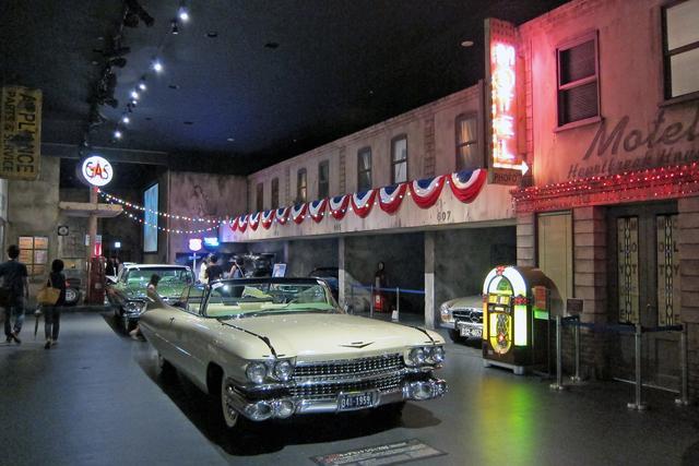 画像: 懐かしい世界の名車が昔の街並みに展示される「ヒストリックガレージ」。