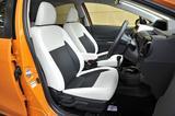 画像: 合皮とファブリックのコンビシート地はクロスオーバー専用。フロントシートはセンターアームレスト付き。