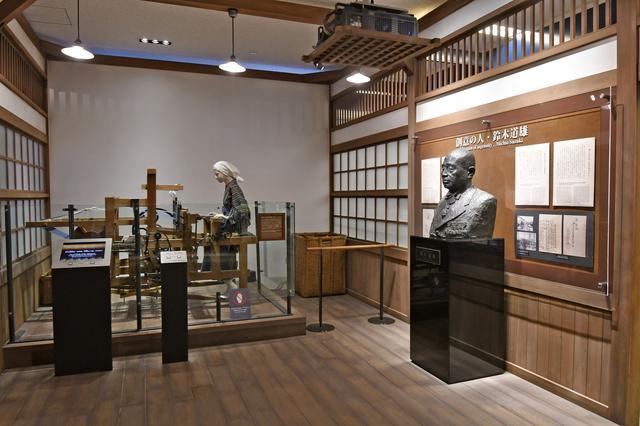 画像: 初代社長の鈴木道雄が発明した「杼箱上下器搭載の足踏み式織機」など、創業から約40年間の鈴木式織機の歴史について紹介するコーナー。