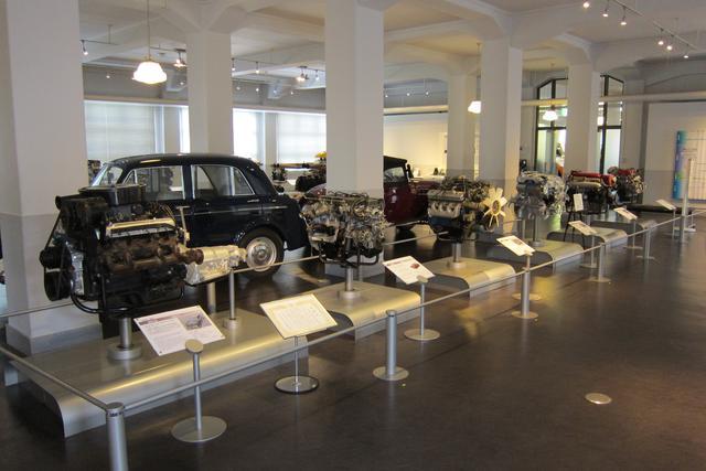 画像: エンジンには1基ずつスペックや搭載車両の写真などの説明が付いている。