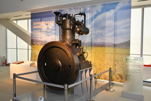 画像: 入り口そばのロビーにダイハツの原点ともいうべき昭和初期の産業用エンジンが展示されている。