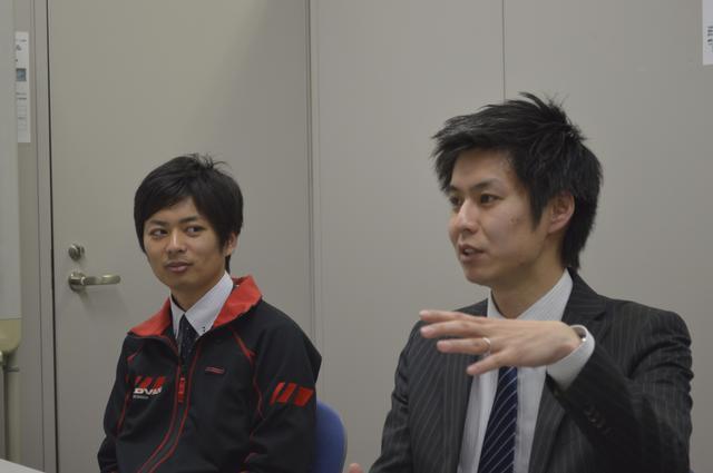 画像: 右が横浜ゴム(株)消費財製品企画部 製品企画第1グループの藤本廣太さん。企画を担当した。「当時、開発に携わった多くの先輩からアドバイスをもらいました」と話す。左は開発を担当したヨコハマ・モータースポーツ・インターナショナル(株)第二開発部の井上拓哉さん。「HFタイプDが流行した当時、じつはまだ生まれていませんでした(笑)」。