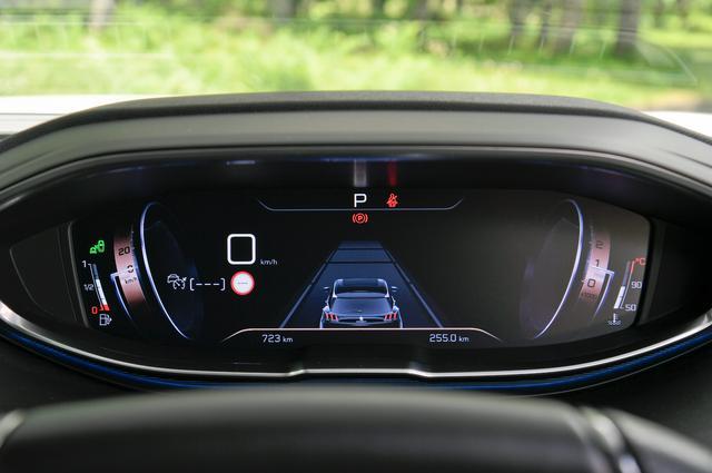 画像: 「デジタルヘッドアップインストルメントパネル」に設定された「ドライブモード」は、クルーズコントロール時のさまざまな情報をわかりやすく伝えてくれる。