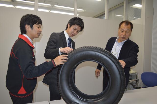画像: HFタイプDを前に語り合うこもだ氏(右)と、藤本さん(中)、井上さん(左)。