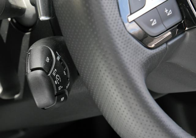 画像: それなのになぜか肝心の制御スイッチは完全にステアリングの裏側に隠れている。かなり使いづらい。
