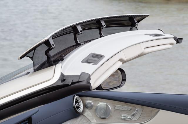画像: メルセデスのオープンモデルで採用されている「エアキャップ」を装備。ルーバーによって走行風の巻き込みが低減される。