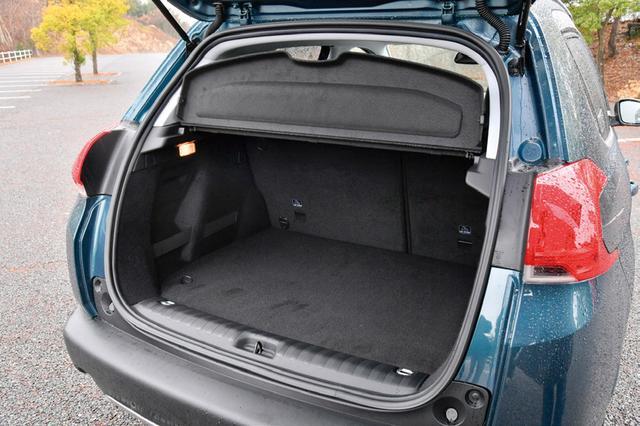 画像: ラゲージルーム容量は後席使用時で360Lある。スクエアで使いやすそうだ。