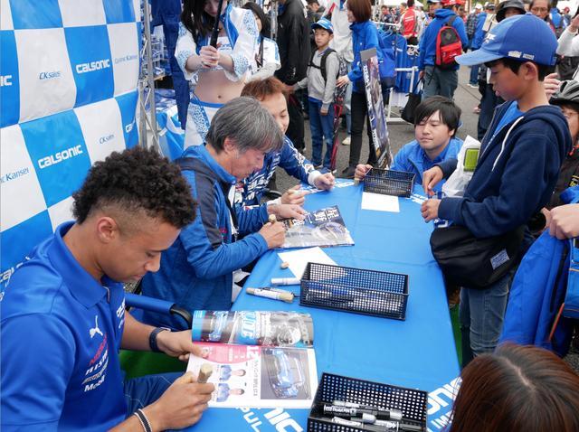 画像: GW中、5月のスーパーGT富士ラウンドでも、カルソニック物販ブースでサイン会を実施。安田/ヤン選手と行ったサイン会は大盛況だった♪