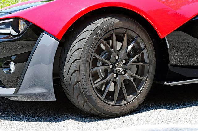 画像: タイヤは前後異径異サイズのエイボンZZS。フロントのブレーキは標準でも2ポットを採用している。