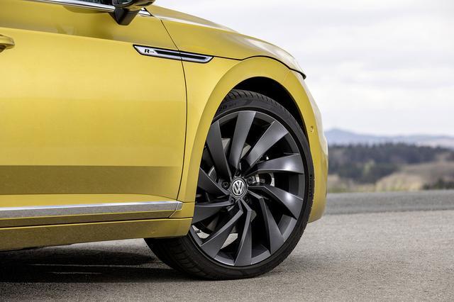 画像: 装着タイヤはオプションの20インチ。乗り心地は辛いかと思ったが、アウトバーンでも一般道でも高い快適性を披露した。