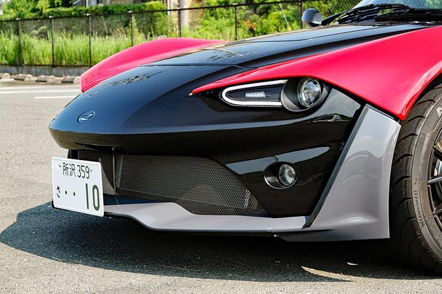 画像: 低いノーズと独特の顔つき。ヘッドライトはプロジェクター式で、内側にランニングライトとウインカーが備わる。