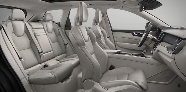 画像: レザーは吟味された素材を使用する。アップライトなシートポジションとなり後席も広い。
