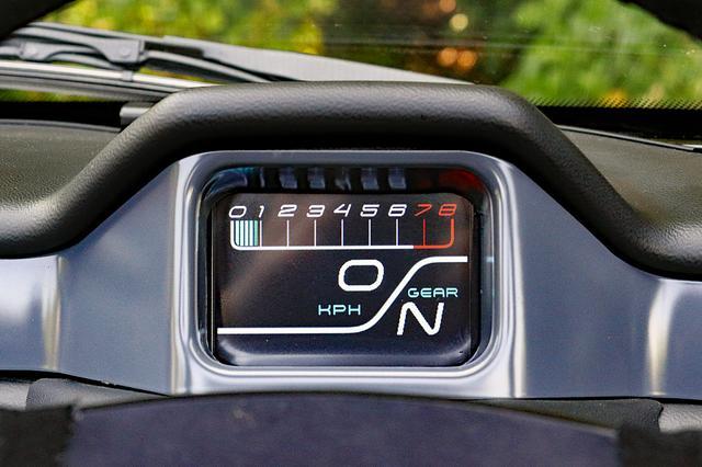 画像: 運転席正面のモニター式メーターはバーグラフ式のタコ、デジタルのスピード、ギアポジションを表示する。