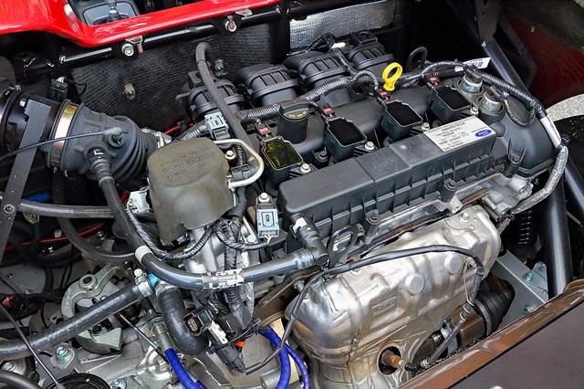 画像: 専用チューンを施したフォード製2L DOHCを横置きミッドシップ搭載。ターボを装着し250psを発生するE10Sも設定。
