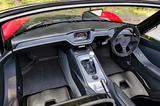 画像: センターのモニターは通常のメーター表示のほか、さまざまな情報を表示可能。シートは運転席のスライド調整のみ可能。