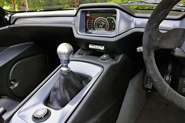 画像: 6速MTのシフトストロークは大きめだがタッチはいい。その手前にエンジンのON/OFFボタンがある。