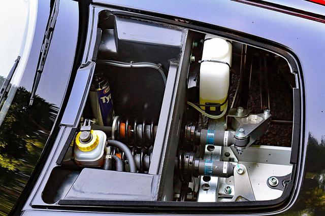 画像: フロントのサービスリッドを開けるとインボード式のフロントサスが見える。ブレーキはノンサーボだ。