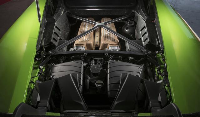 画像: 5.2L V10自然吸気エンジンはチタンバルブの採用や吸排気系の改良により、最高出力640ps、最大トルク600Nmにパワーアップしている。