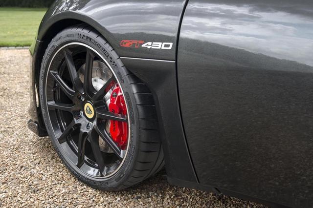 画像: タイヤはフロントが245/35R19、リア295/35R20のミシュランパイロットスポーツ CUP2、超軽量な鍛造アルミホイールを装備する。