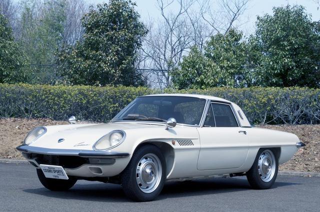 画像: 「マツダ コスモスポーツ」1967年製。世界で初めて量産ロータリーエンジンを搭載した市販モデル。