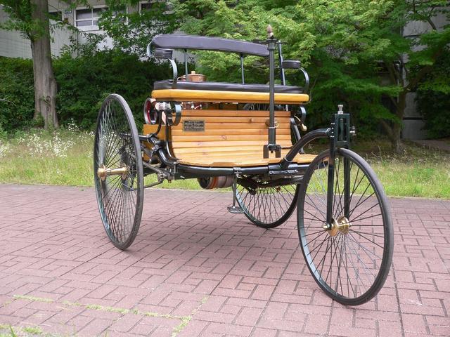 画像: 「ベンツ パテントモートルヴァーゲン」1886年製(レプリカ)。世界初のガソリン車で、棒ハンドルの三輪車だ。
