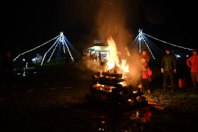 画像: 夜はキャンプファイヤーでも盛り上がった。