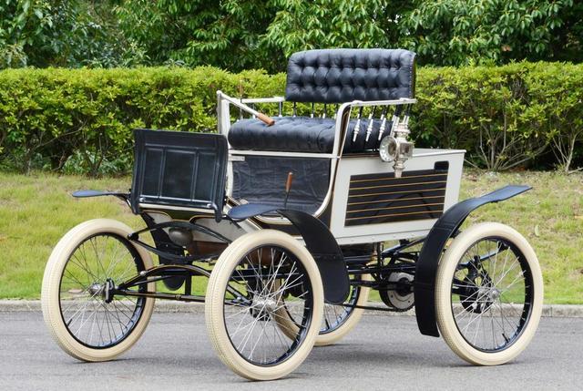 画像: 「ロコモビル スチームカー」1899年製。300本の管によるボイラの圧力で2気筒エンジンを駆動する。