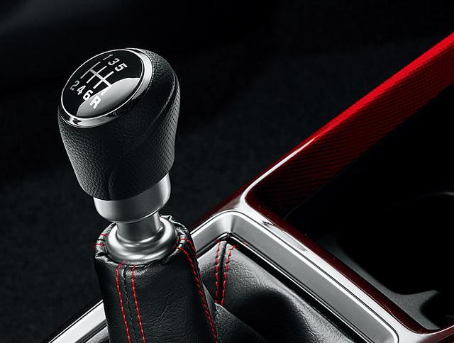 画像: 6速マニュアルミッションは専用のクロス。また6速AT車は従来型のCVTに代えて、ダイレクト感に優れるトルコンATを採用する。