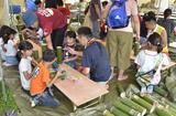 画像: モノづくりワークショップ。竹でキャンドルスタンドを作る。夏休みの宿題になったかな?