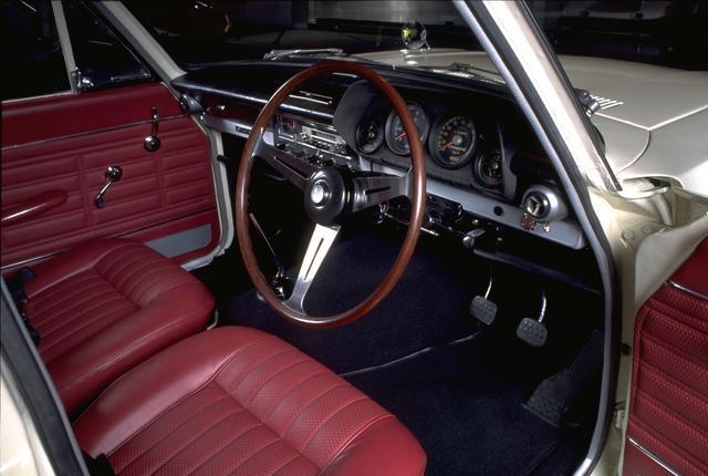 画像: この時代のスポーティカーのマストアイテム、ナルディタイプのステアリングホイールを装備。その奥には 4つのメーターが並ぶ。