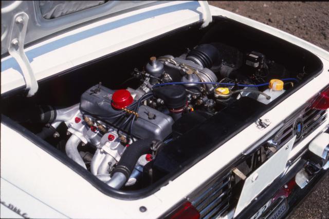 画像: エンジンはリアに搭載されていた。キャブレターはSUキャブ ✕ 2基で、最高出力はセダンよりも 10ps高かった。