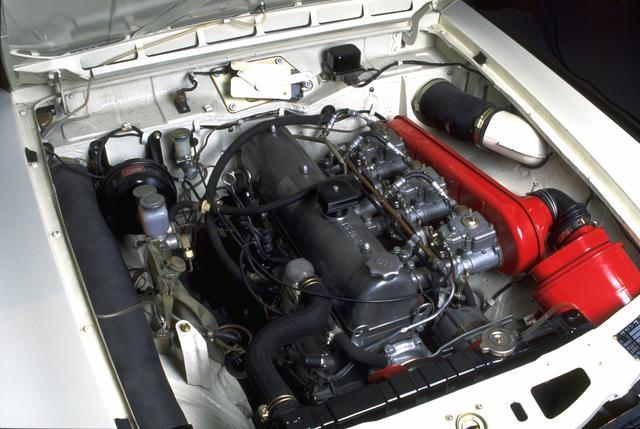 画像: G7型はそもそもはグロリア用のパワーユニット。デビュー時にオプションだったウェーバー 3連キャブ(当時の価格で約 20万円)は、GT-Bでは標準装備となった。