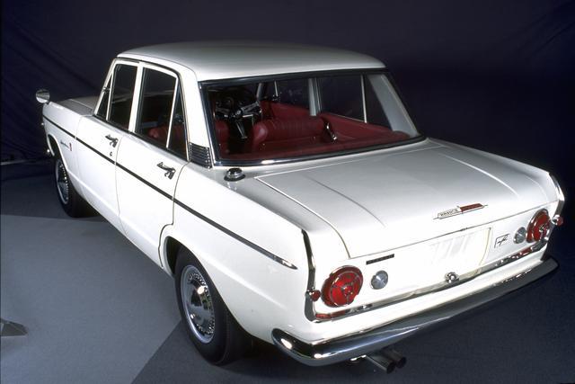 画像: GT-B は赤バッヂ、丸型テールランプの伝統は一時途絶えたものの、その後のモデルにも受け継がれた。