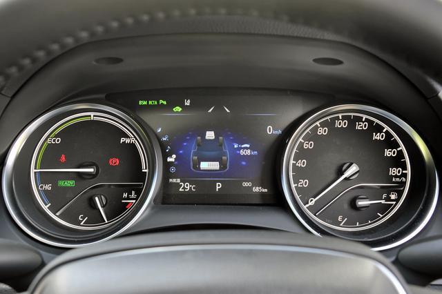 画像: 右にスピード、左にハイブリッドシステムのオプティトロン2眼メーター。その間に7インチのマルチインフォメーションディスプレイ。