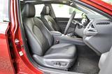 画像: シート地はGがファブリック、写真のレザーパッケージは本革。いずれも運転席は電動アジャスト。