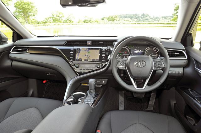 画像: タイガーアイ調のパネルを用いた上質なインテリア。ドライバーの操作動線と視線移動を最適化することで運転に集中できるコクピットを実現している。