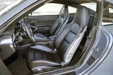 画像: フロントシートはポルシェ伝統のヘッドレスト一体型。スライド以外は電動アジャストで、ヒーターも内蔵。
