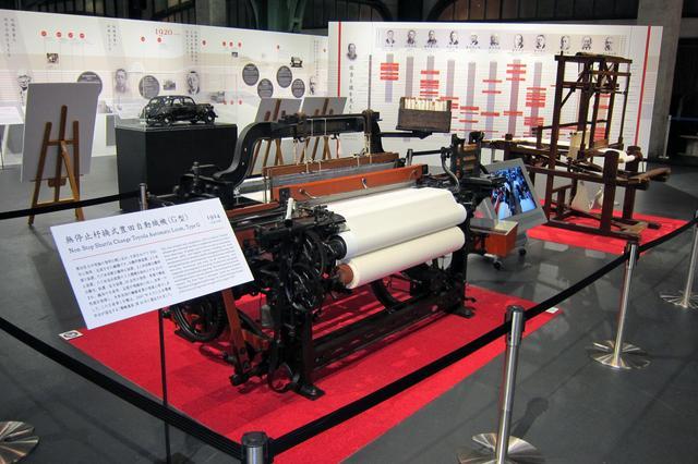 画像: 実際の自動織機や、豊田佐吉と彼を支えた人々の年表などが展示されている。