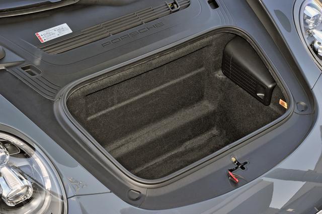 画像: フロントのカーゴスペース容量は135L。深さがけっこうあるので、小型のキャリアケースなら積載可能だ。
