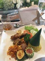 画像: メインディッシュは、いろいろな料理が盛り合わされた楽しいプレート。ピーナッツソースがかかったサテ(肉の串焼き)とか、東京・新橋のインドネシアレストランでよく親しんだ味だっただけに、美味しくいただきました。
