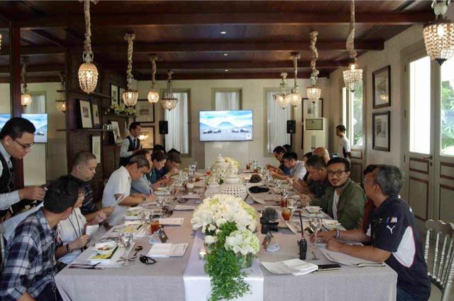 画像: プレスブリーフィングを終えた「BMW デスティネーションX ブロモ」参加者一同。自分も含めて、ほぼ大多数が東南アジアの人々ゆえ、ヨーロッパやアメリカなどでのイベントとはまた別のある種の親しみやすさも覚えました。