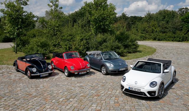 画像: 写真左から:1950 Hebmüller Cabriolet、1980 Beetle 1303 CabrioletとNew Beetle Cabriolet。そして最新のBeetle Cabrioletが並んだ。