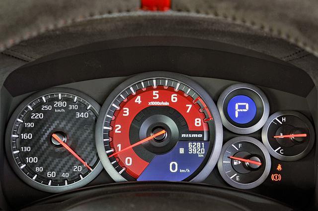 画像: NISMO専用のカーボン調コンビメーターは、タコメーターにレッドリング付き。スピードメーターは340km/hスケール。