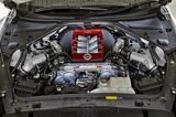 画像: 国産車最強のパワースペックを誇る3.8LのV6ツインターボ。エンジンを組み上げた「匠」のプレートも付けられる。