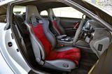 画像: シートバックに高剛性カーボンを採用したバケットシートもNISMO専用。シート地はアルカンターラと本革のコンビ。
