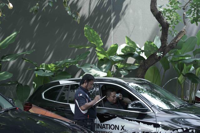 画像: 出発前にスタッフが車両ごとにドライバーとコドライバーの氏名を確認します。楽しそうなプレス参加者。