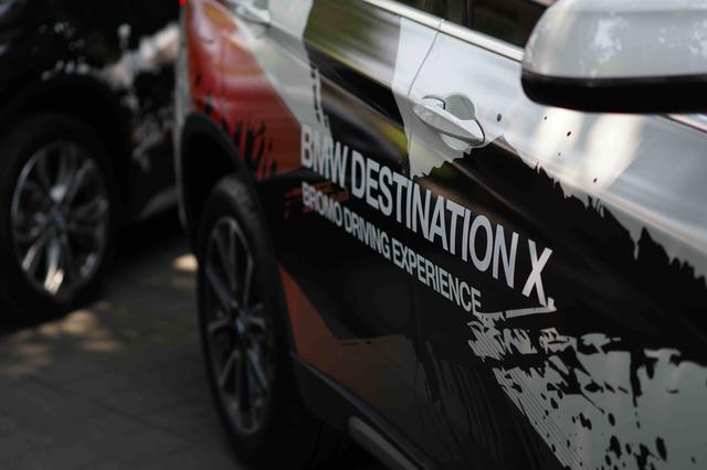画像: すべての試乗車には、ボディサイドに「BMW DESTINATION X. BROMO DRIVING EXPERIENCE.」のラッピングとネームが入れられています。
