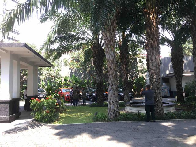 画像: ランチミーティングが開催されたゲストハウスを出発する前のひとコマ。暑いですが、木陰は爽やかな風が吹き抜けていきます。